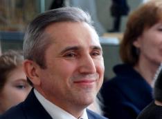 «Дорогой Саша, согласуй…» Мэр Александр Моор лоббирует интересы Тюменского ЦУМа как родственник и бывший работник?
